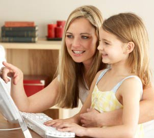 anak belajar bersama ibu
