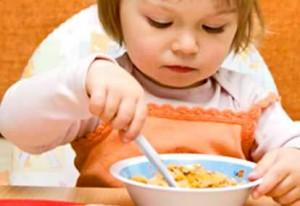 anak bayi lucu makan