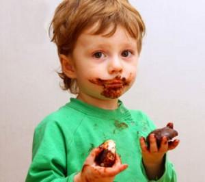 anak makan cokelat