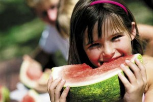 anak mau makan buah