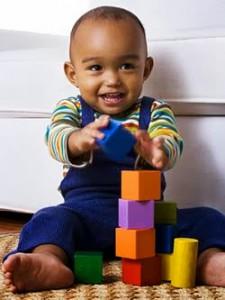 Anak bermain puzzle