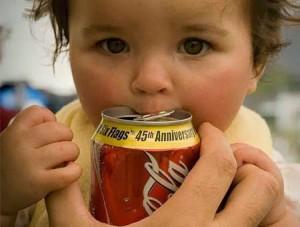 Anak minum soda