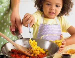 Anak lucu memasak