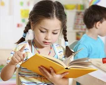 Anak lucu membaca