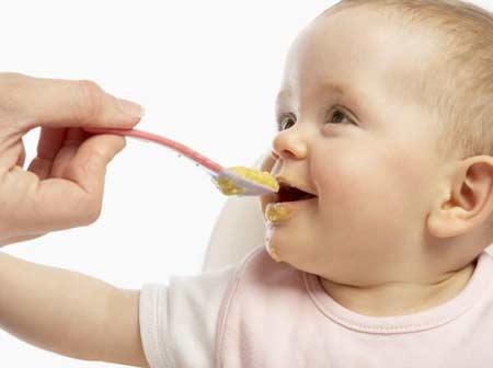 bayi lucu makan MPASI