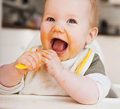 Bayi lucu makan