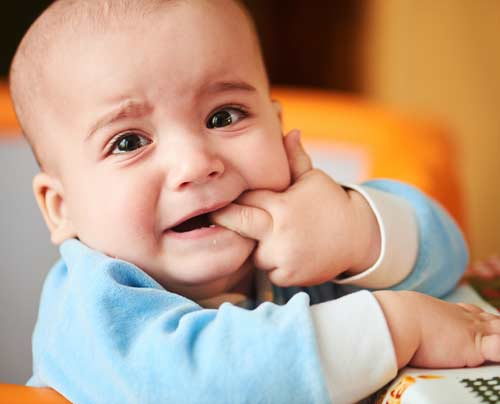 10 tanda anak bayi sedang tumbuh gigi